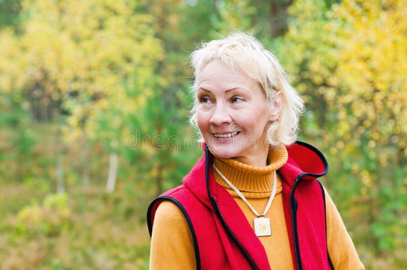 O retrato de um meio da mulher envelheceu fora imagens de stock