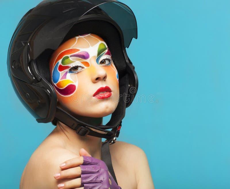 O retrato de um modelo novo bonito com criativo brilhante compõe foto de stock royalty free