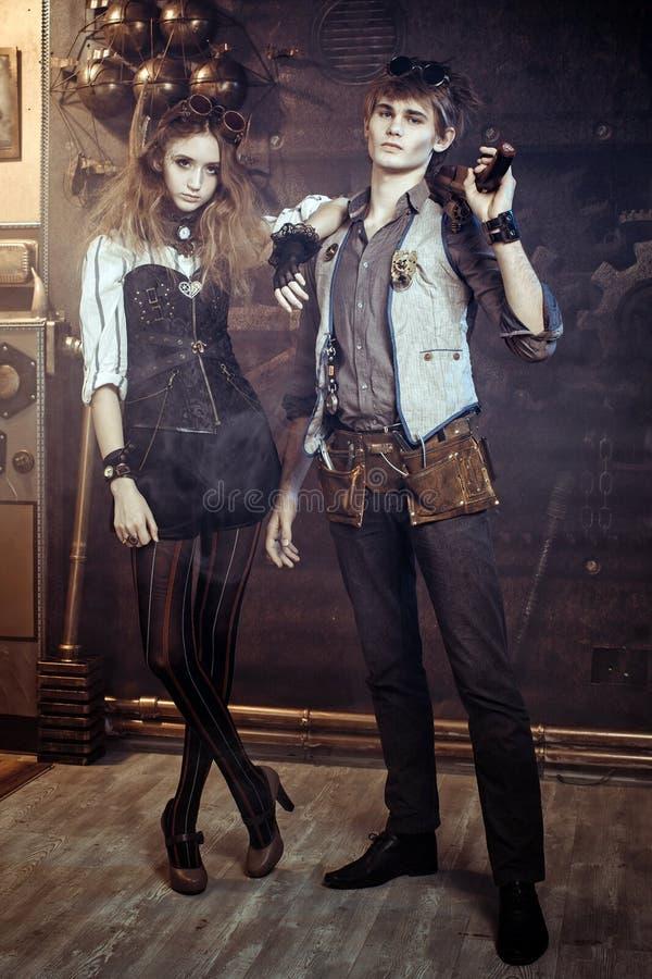 O retrato de um par loving bonito novo no steampunk denomina w fotografia de stock