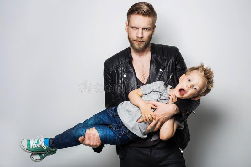 O retrato de um rapaz pequeno e de seu pai Dia de pais fotografia de stock