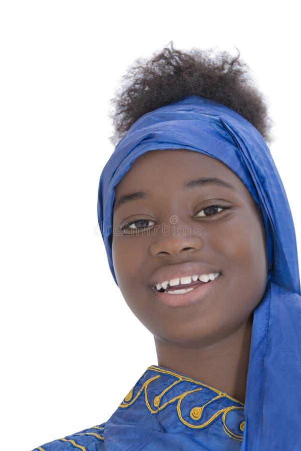 O retrato de uma beleza nova do Afro vestiu-se para uma celebração, fotografia de stock royalty free