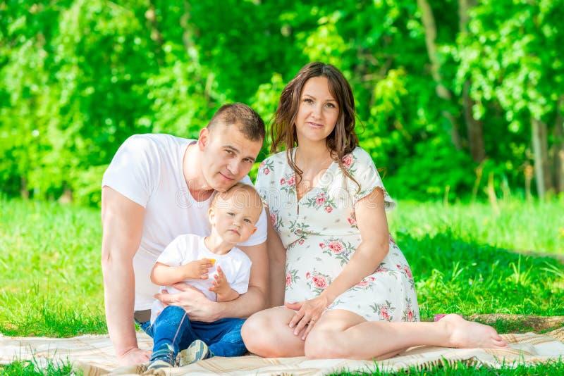 O retrato de uma família feliz nova em antecipação a um bebê, shoo fotos de stock royalty free
