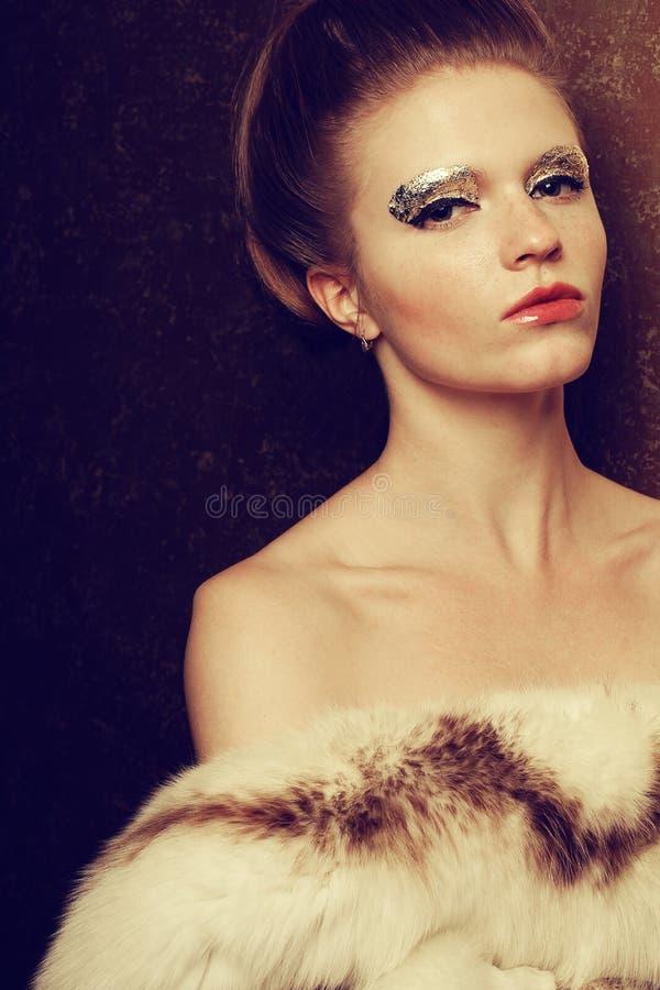 O retrato de uma jovem mulher bonita despiu guardar luxuoso fotos de stock royalty free