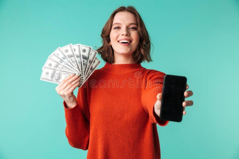 O retrato de uma jovem mulher joyoful vestiu-se na camiseta fotos de stock royalty free