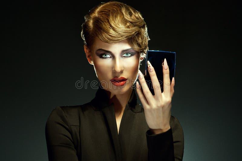 O retrato de uma mulher bonita com surpresa compo a vista em imagens de stock