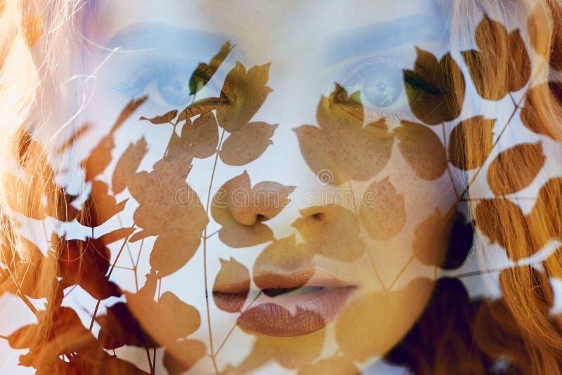 O retrato de uma mulher com uma exposição dobro, a menina e a natureza borrada da foto não está no foco As folhas na mulher fotos de stock