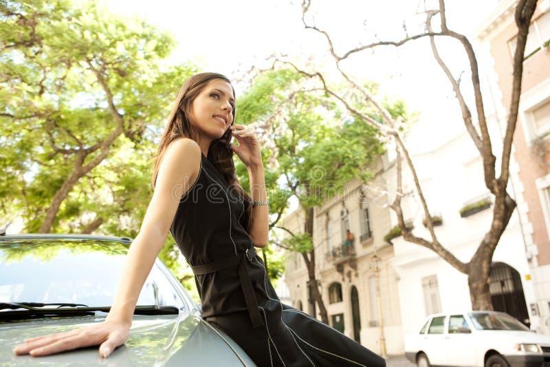 Download Mulher De Negócios Que Inclina-se No Carro Com Telefone. Foto de Stock - Imagem de elegante, escritório: 29848962