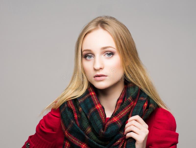 O retrato de uma mulher loura nova no moderno à moda veste-se foto de stock