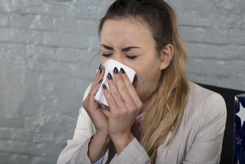 O retrato de uma mulher de negócio travou o nariz frio, ralo fotos de stock royalty free