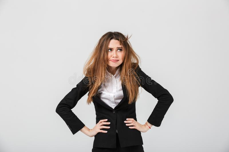 O retrato de uma mulher de negócios cansado vestiu-se no terno imagens de stock royalty free