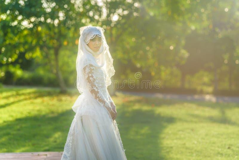 O retrato de uma noiva muçulmana bonita com compõe no weddi branco fotos de stock royalty free