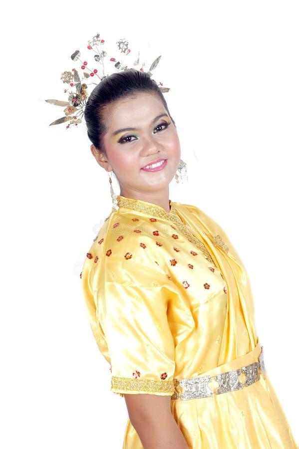 O retrato de uma rapariga asiática vestiu-se em Bornéu tribal nativo tradicional fotografia de stock