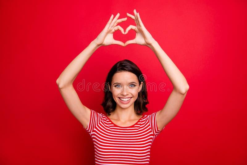 O retrato do adolescente adolescente da juventude doce bonita encantador bonito quer relacionamentos da mostra da data a sensação foto de stock royalty free