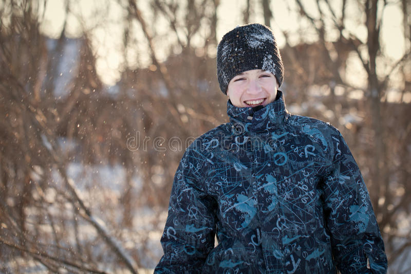 O retrato do adolescente feliz do divertimento no inverno veste-se fotos de stock royalty free