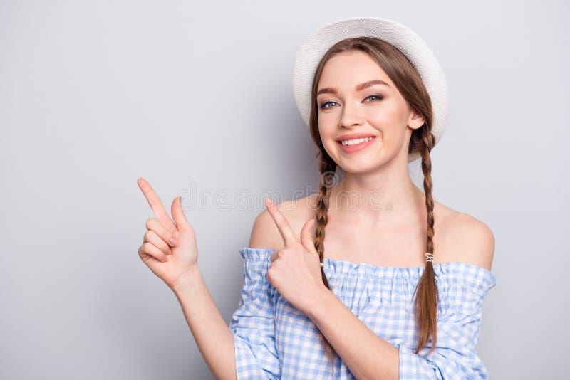 O retrato do adolescente adolescente positivo encantador para recomendar anuncia anúncios a decisão da escolha que indica que as  foto de stock