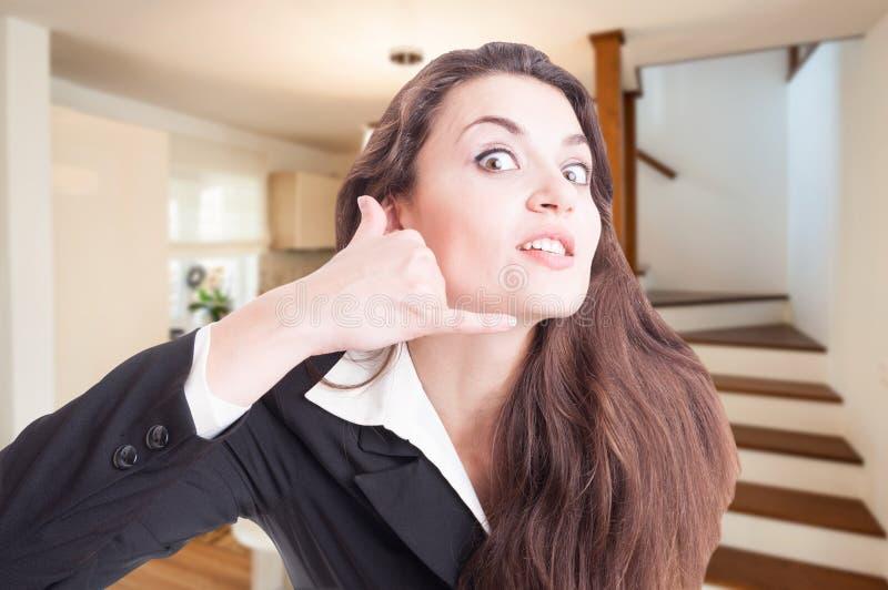 O retrato do agente imobiliário desesperado gesticula imagem de stock royalty free