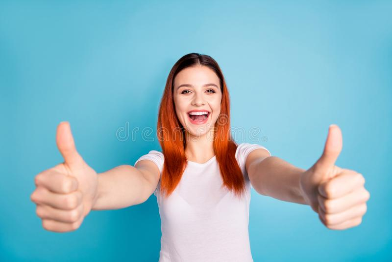 O retrato do anúncio satisfeito alegre encantador positivo do anúncio da senhora para escolher decidir recomendar indica o descon fotografia de stock