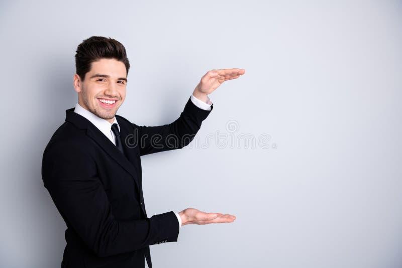 O retrato do banqueiro representativo satisfeito entusiasmado para apreciar o índice alegre da sensação do gerente à moda content fotografia de stock
