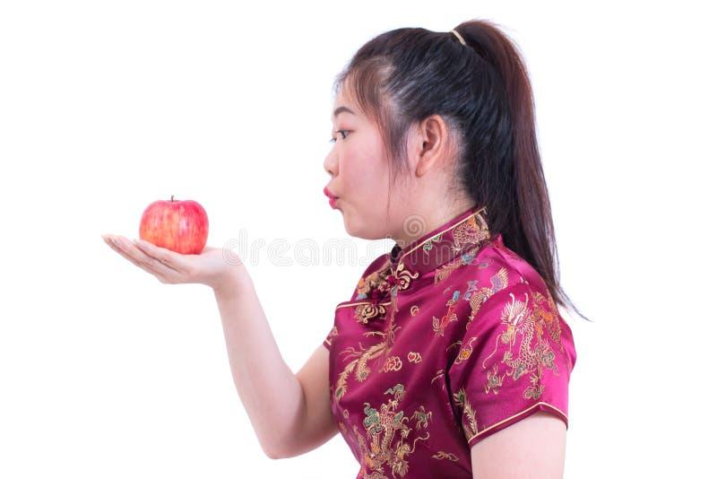 O retrato do chinês asiático novo bonito do desgaste de mulher veste o tradi fotos de stock royalty free