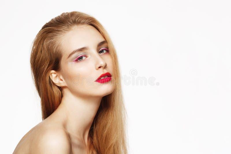 O retrato do close-up da menina segura bonita nova com brilhante compõe Fundo branco Isolado fotografia de stock royalty free