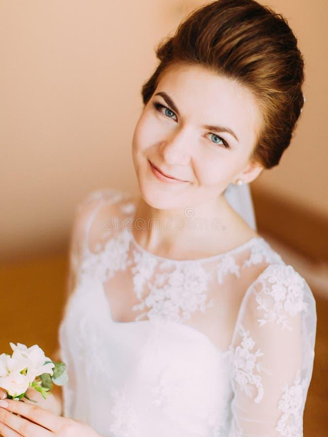 O retrato do close-up da noiva de sorriso feliz com o mini-ramalhete branco imagens de stock royalty free