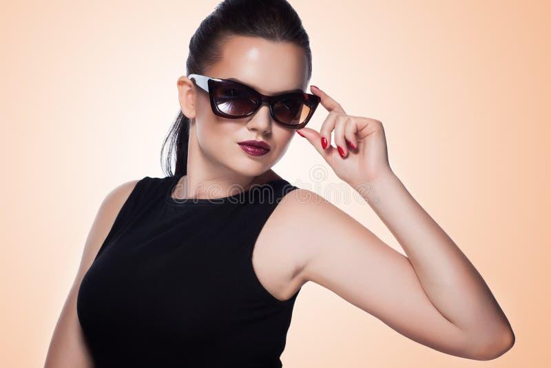 O retrato do close-up de bonito e forma a menina nos óculos de sol, s fotografia de stock royalty free