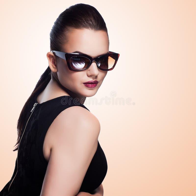 O retrato do close-up de bonito e forma a menina nos óculos de sol, s fotografia de stock