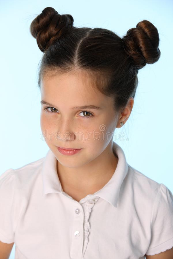 O retrato do close-up de uma menina moreno consideravelmente à moda da criança olha na incredulidade fotos de stock