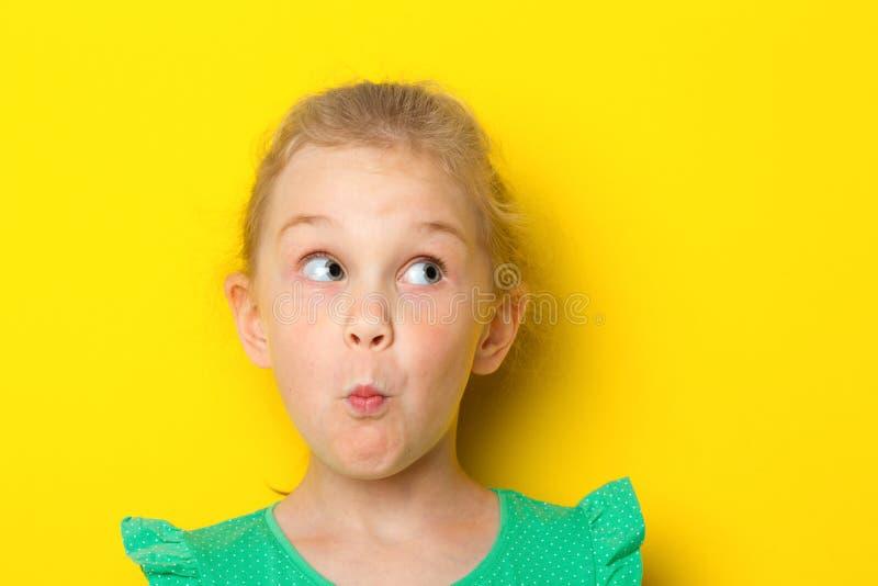 O retrato do close-up de uma menina surpreendente pequena com olhos azuis e a abertura mouth fotos de stock royalty free