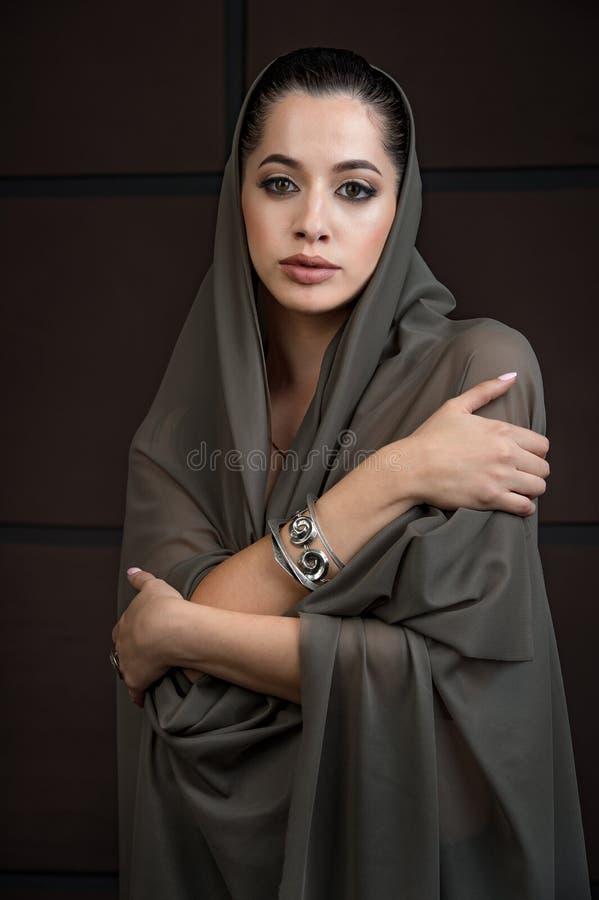 O retrato do close-up do modelo bonito da moça com brilhante faz fotografia de stock