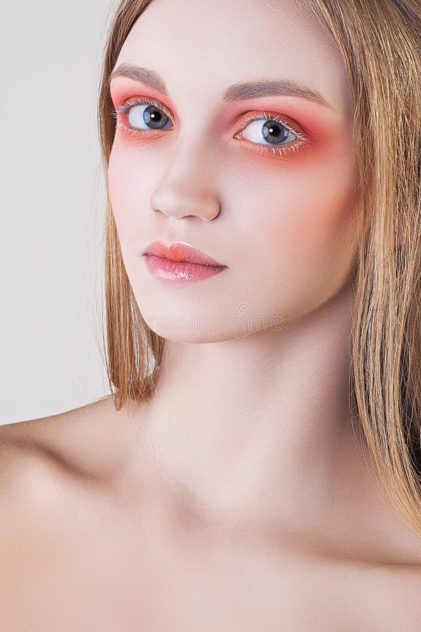 O retrato do encanto da forma da jovem mulher atrativa compõe imagens de stock