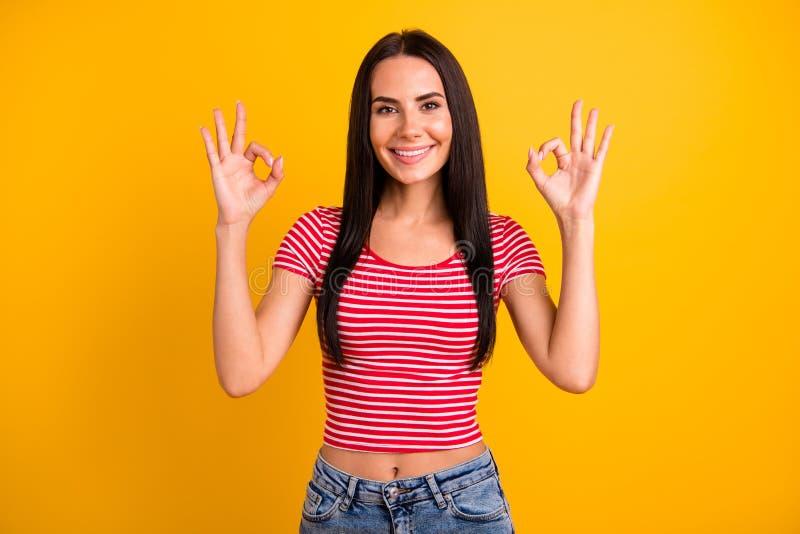 O retrato do estudante bonito bonito atrativo manda o fim de semana do tempo livre recomendar o conselho para anunciar as calças  imagens de stock royalty free