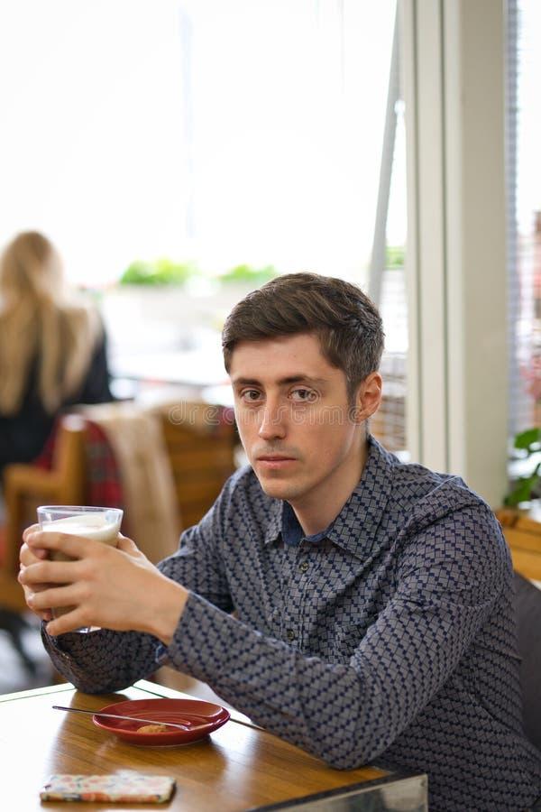 O retrato do homem com latte do café imagens de stock royalty free