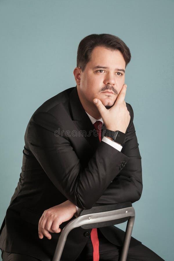 O retrato do homem de negócio pensa sobre algo fotografia de stock royalty free
