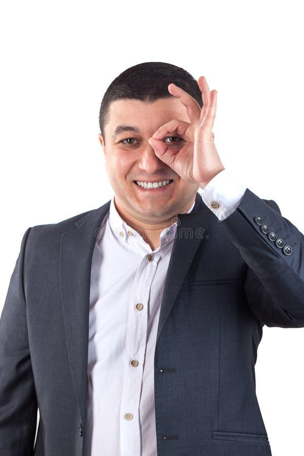 O retrato do homem novo vestiu-se em uma camisa branca e em um terno preto imagens de stock