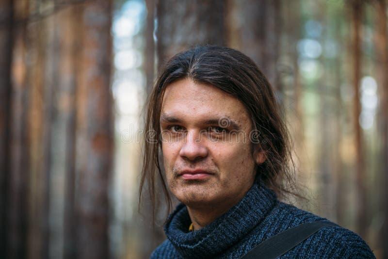 O retrato do homem sério triste, câmera de vista interessada preocupou-se e expressão facial pensativa que sente comprimida fotos de stock