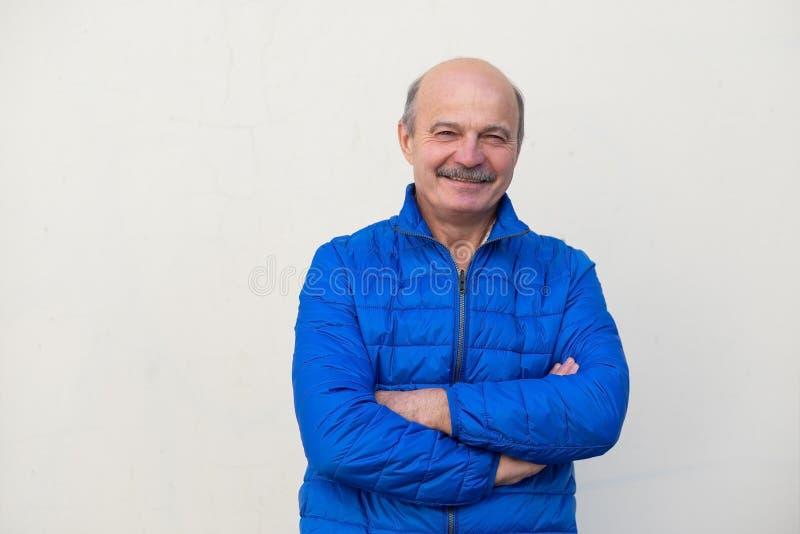 O retrato do homem superior no lacket azul com braços cruzou exterior ereto imagem de stock