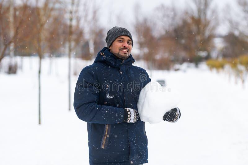 O retrato do indivíduo mantém a neve disponivel fotos de stock