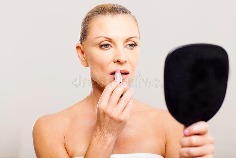 Batom envelhecido meio da mulher fotografia de stock royalty free
