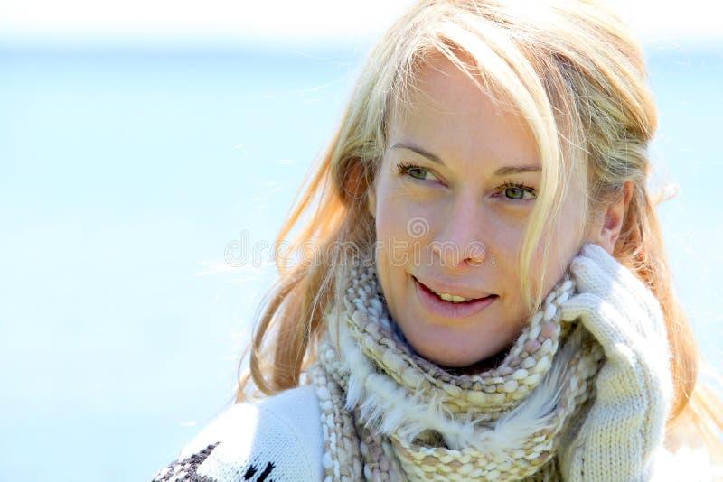 O retrato do meio envelheceu a mulher com acessórios do inverno imagem de stock royalty free