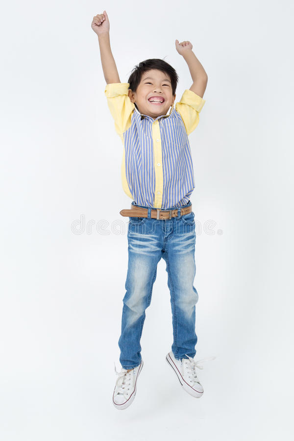 O retrato do menino bonito asiático está saltando imagens de stock royalty free