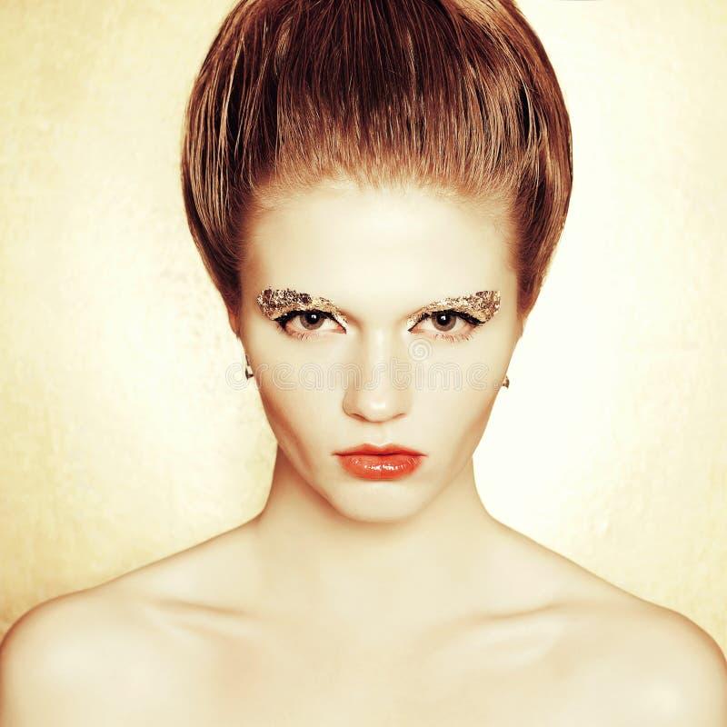 O retrato do modelo elegante com penteado retro, arty prepara imagens de stock royalty free