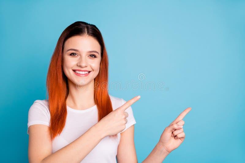 O retrato do moderno agradável da senhora do índice alegre positivo agradável para recomendar escolhe decidir a opção da ponta do foto de stock