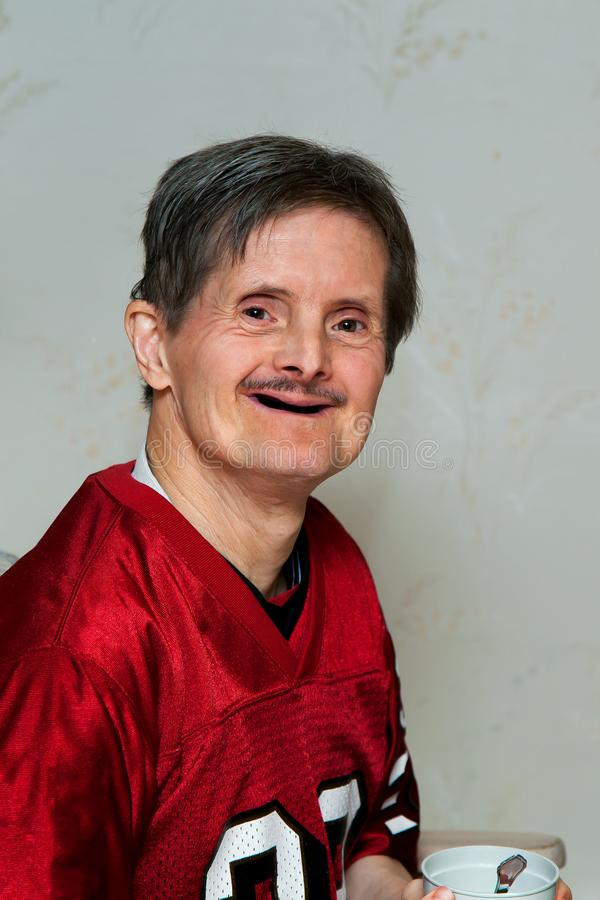 O retrato do pessoas idosas traga o homem da síndrome sem os dentes que é Ho foto de stock