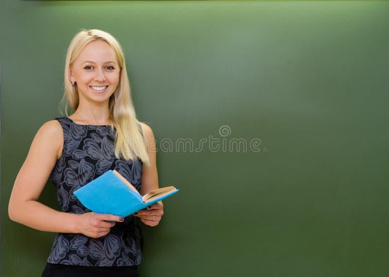 O retrato do professor novo com livros aproxima o quadro fotografia de stock
