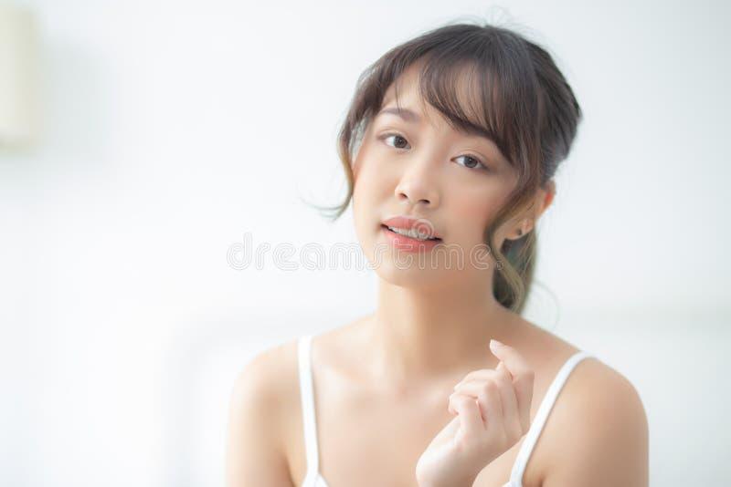 O retrato do quando asiático novo bonito do sorriso da mulher acorda saudável e o bem-estar com nascer do sol na manhã imagens de stock royalty free