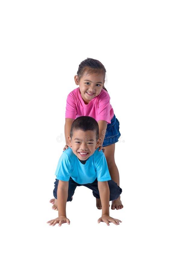 o retrato do rapaz pequeno e da menina ? t-shirt colorido com os vidros isolados no fundo branco foto de stock