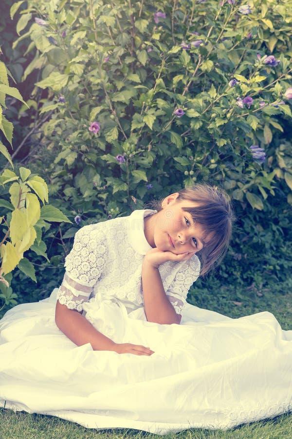 O retrato do vintage da menina na dama de honra branca veste-se imagem de stock