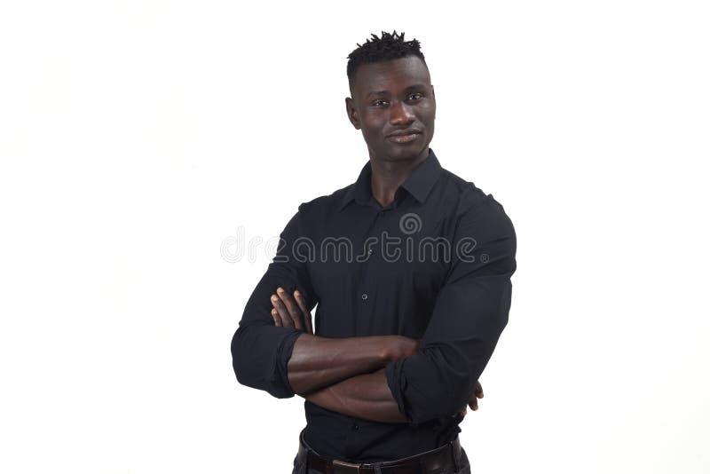 O retrato dos braços africanos de um homem cruzou-se no whte imagem de stock