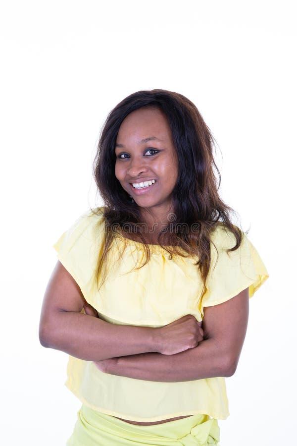 O retrato dos braços afro-americanos bonitos da jovem mulher cruzou-se dobrado imagens de stock